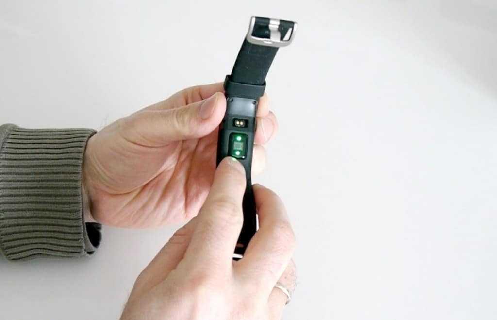L'accessoire possède un capteur pour mesurer votre rythme cardiaque.