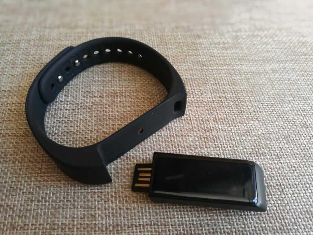 Le traqueur se détache du bracelet.