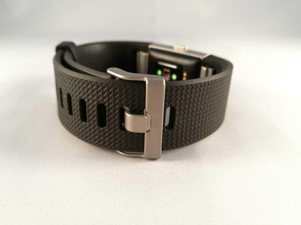 Le bracelet s'attache comme une montre, c'est un bon point.