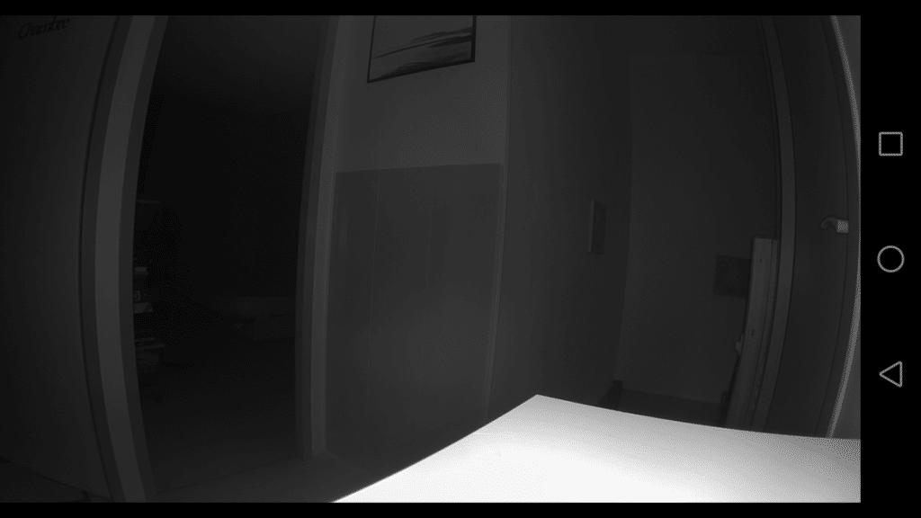 La vision nocturne est assez performante pour surveiller une grande pièce.