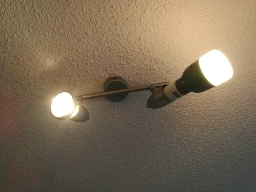 Notez la différence de taille par rapport à une ampoule halogène classique.