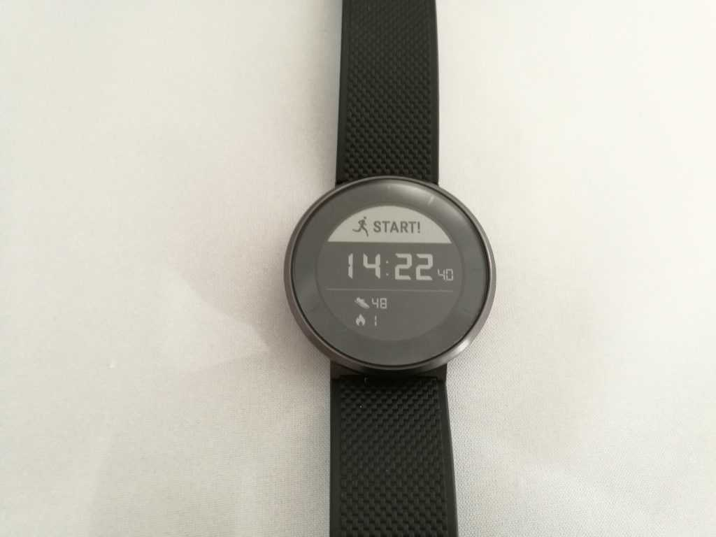 L'écran est monochrome, ce qui est relativement inhabituel mais bien adapté au design de la montre.