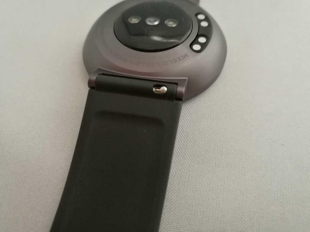 Les bracelets sont interchangeables et au format 18 mm.