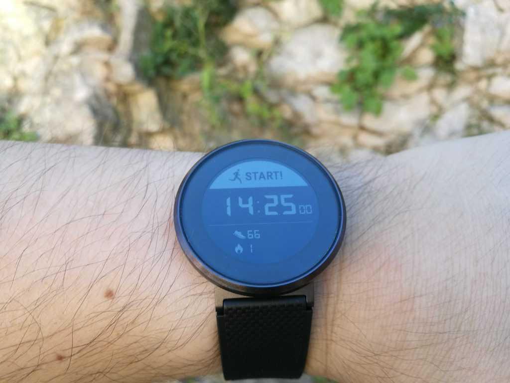 La Huawei Fit est une jolie montre sport qui fait penser à la Pebble Round.