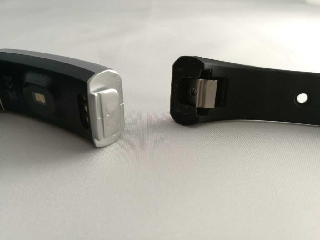 Le système de fixation du bracelet ressemble fortement à celui du Fitbit Alta.