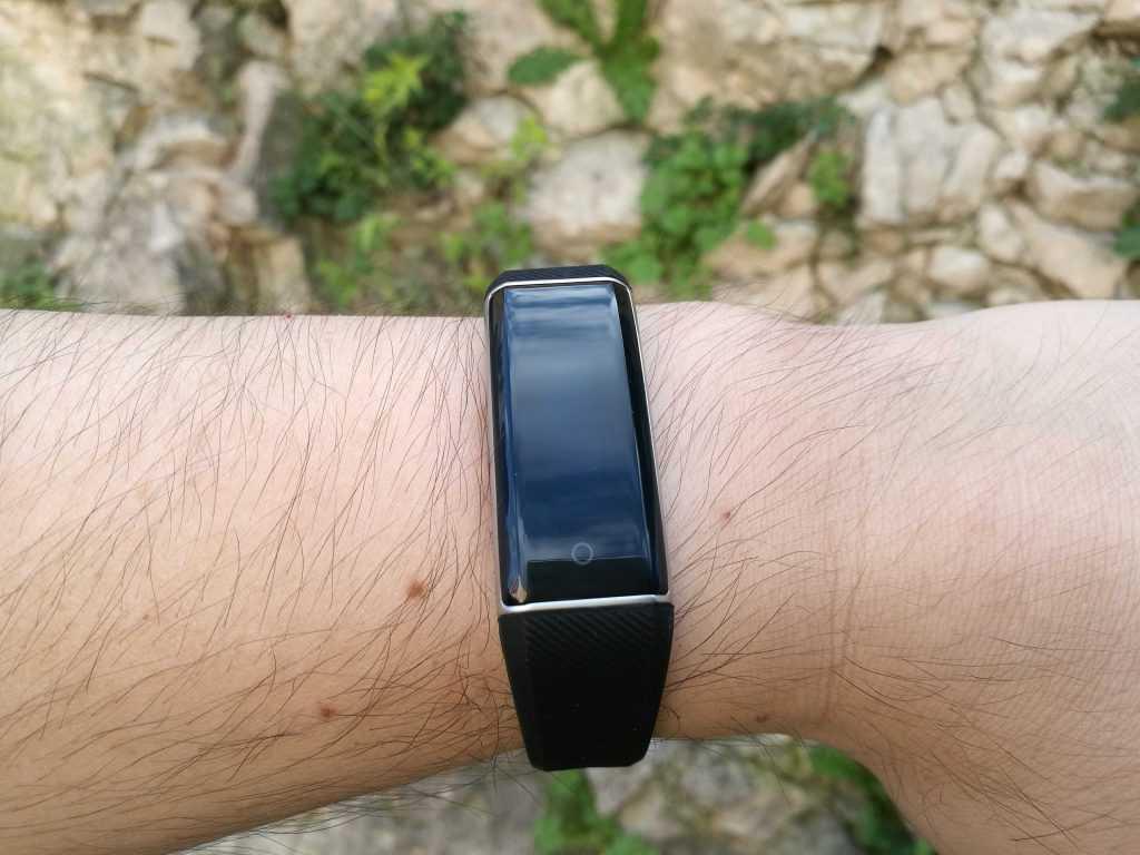 Le ZeBand a un petit air de Fitbit Alta.