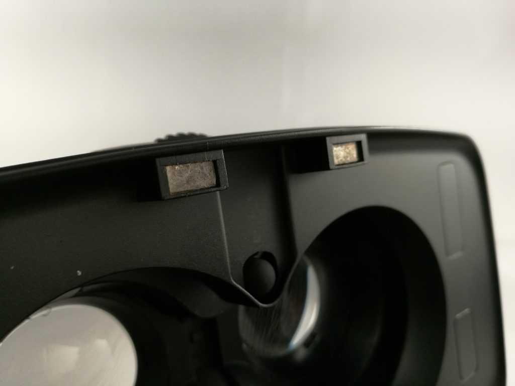 Le Homido V2 utilise une fermeture magnétique.