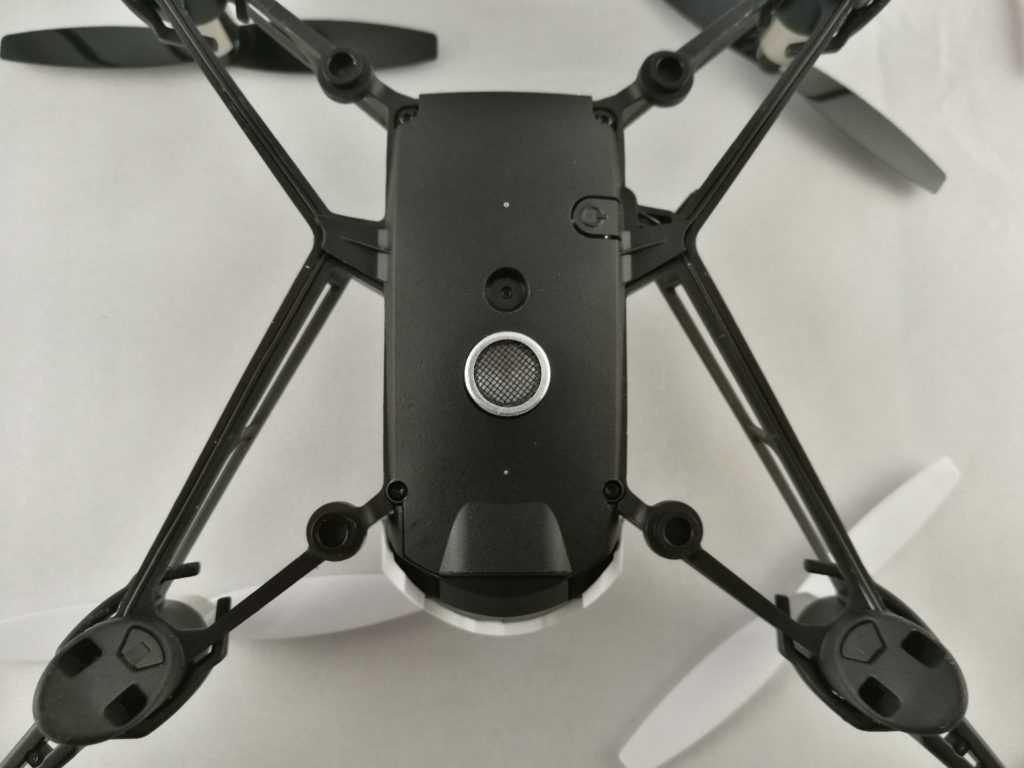 La caméra prend des clichés de 0.3 MP et sert surtout à la stabilisation du Mambo.