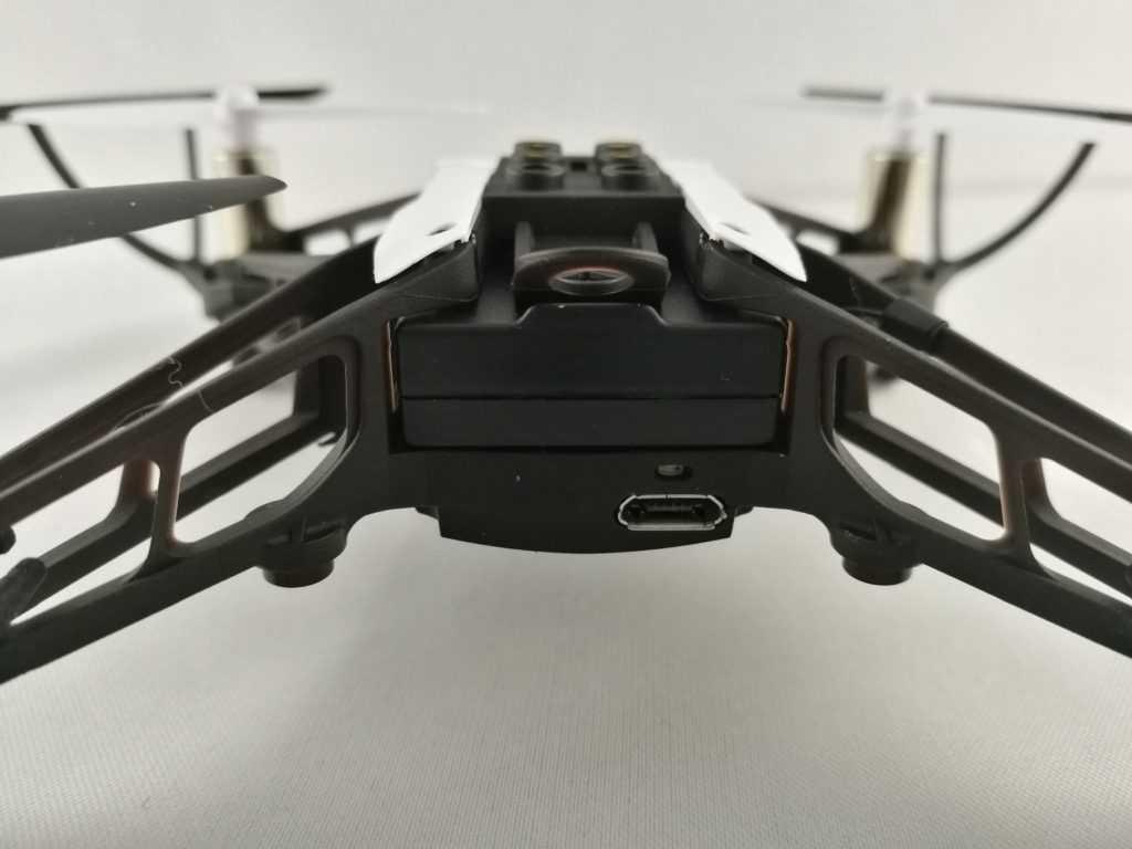 La recharge s'effectue via la prise micro-USB à l'arrière du drone.