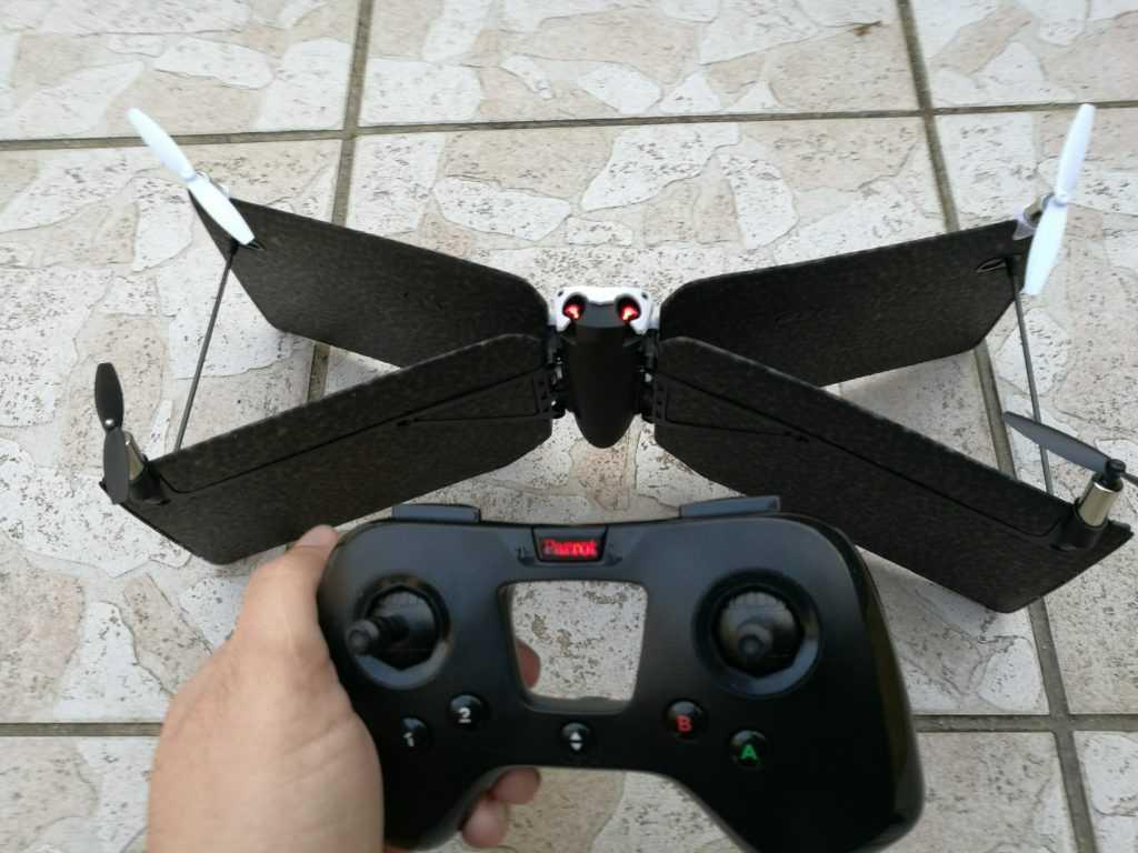 Quand la batterie est faible, les LED du drone et de la batterie clignotent en rouge.