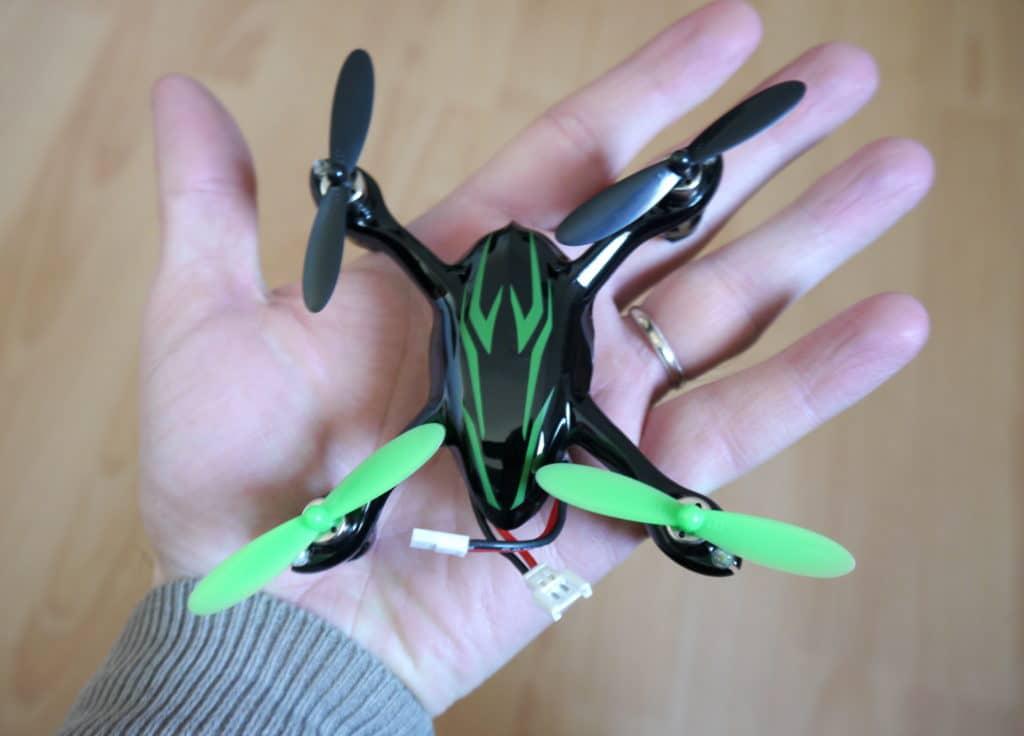 Le drone X4 dans une main