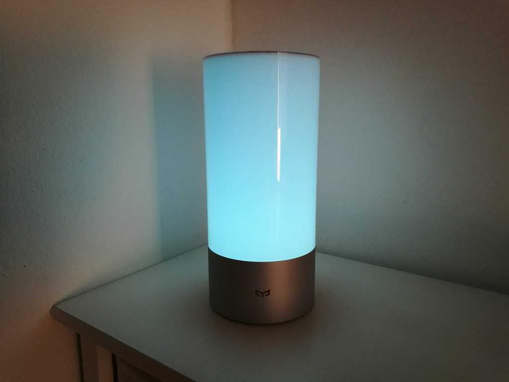 xiaomi yeelight test avis sur la lampe de chevet connect e. Black Bedroom Furniture Sets. Home Design Ideas