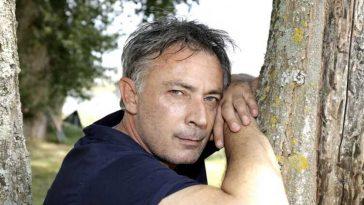 Frédéric Deban (Sous le soleil) sourd à 50 ans, il dévoile son combat quotidien et dit comment il arrive à tenir