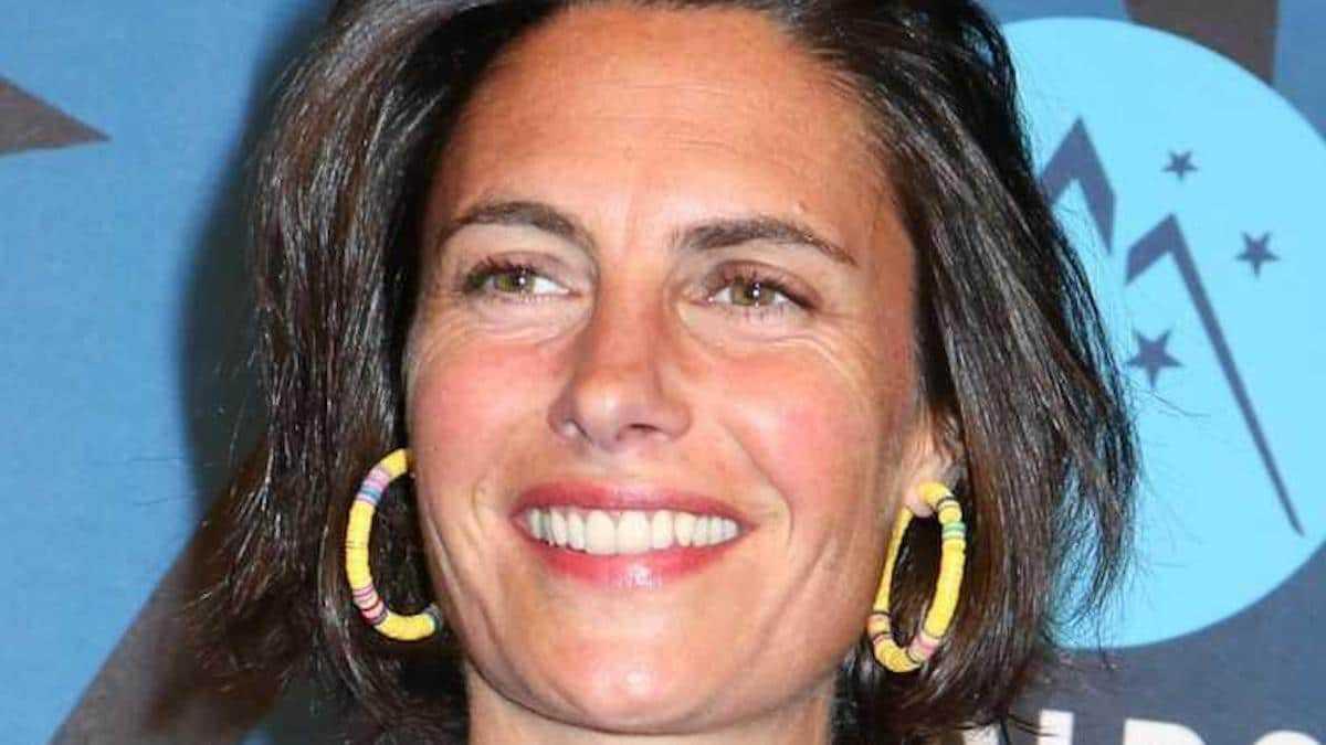 Alessandra Sublet, en chemisier transparent, elle dévoile totalement son soutien-gorge, les internautes sont surpris