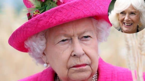 """Elisabeth II """"livide"""" : ce jour où elle découvre des clichés de Camilla en maillot"""
