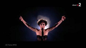Barbara Pravi (C à vous) dézingue avec violence ce chanteur beaucoup plus connu qu'elle ! Ça vaut le détour !