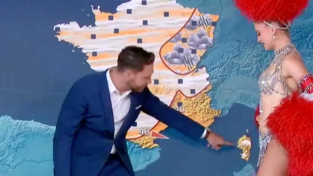 """""""En nage"""" : Cet présentateur météo perd la tête, il est déconcentré par les danseuses du Moulin-Rouge"""