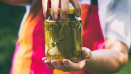 L'eau vinaigrée des cornichons s'utilise de 6 façons surprenantes : ne la jetez plus !