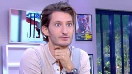 """Pierre Niney accuse Nagui d'un assassinat en direct dans """"C à vous"""", """"A priori, c'est Nagui"""""""