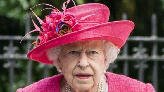 Elizabeth II : la souveraine apparaît en public avec une canne, les Britanniques s'inquiètent de sa santé !