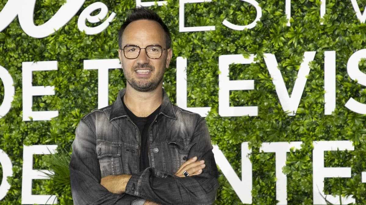"""""""J'aurais pu aller chanter des chansons sur le trottoir"""" : Jarry dévoile enfin pourquoi il a quitté TF1 pour France 2"""